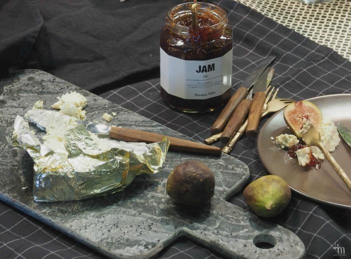 homejuusto, marmoritarjotin, ruskeat lautaset