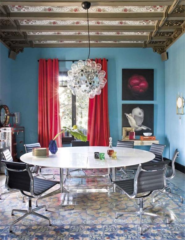 comedor azul turquesa con mesa tapa de marmol chicanddeco