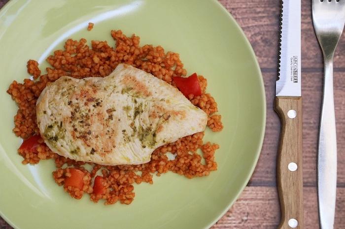 חזה עוף בפסטו על בורגול בעגבניות – מנת בריאות