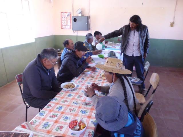 Das Essen wird ausgegeben und es schmeckt auch den Erwachsenen.