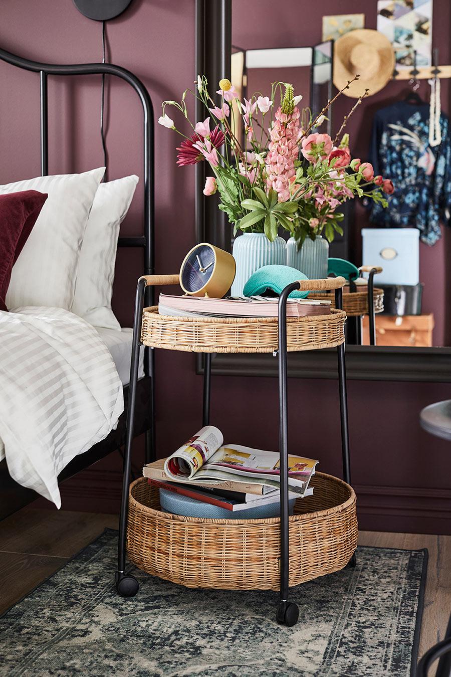 catálogo ikea 2020 dormitorio femenino con mesa auxiliar fibras naturales y acero negro decoración flores