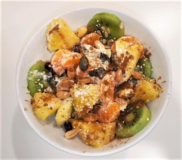 Snack de frutas com papas de aveia e iogurte natural