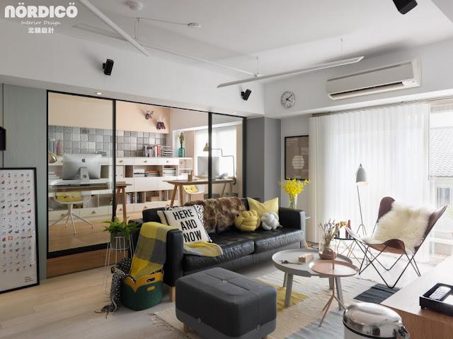 Birou cu pereți de sticlă și accente vesele de culoare într-un apartament din Taiwan