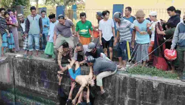 Proses Evakuasi Korban Yang tenggelam di Bendungan Batujai Saat Mencari Ikan
