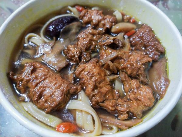 台中太平何家健康素食太平店各種炒飯、炒麵和湯麵,口感佳份量足