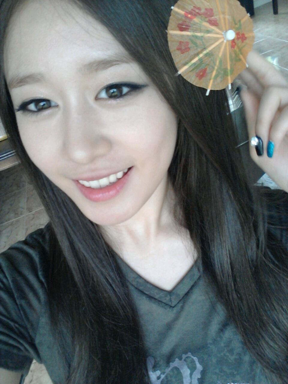 T-ara Jiyeon poses with her cute umbrella! | T-ara World