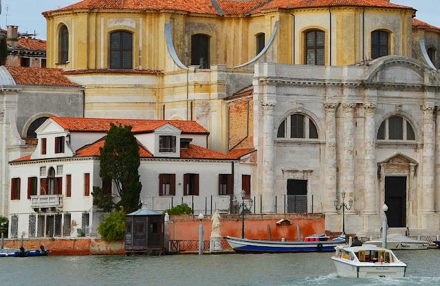 Socha Svatého Jana Nepomuckého v Benátkách, na soutoku Canale di Cannaregio a Velkého kanálu