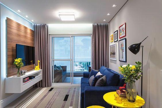 Decoração de sala de estar sofa azul marinho madeira branco amarelo