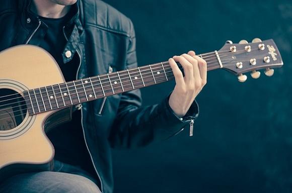 كيف تتعلم العزف على الجيتار مجانا عبر الانترنت و بطرق رائعة