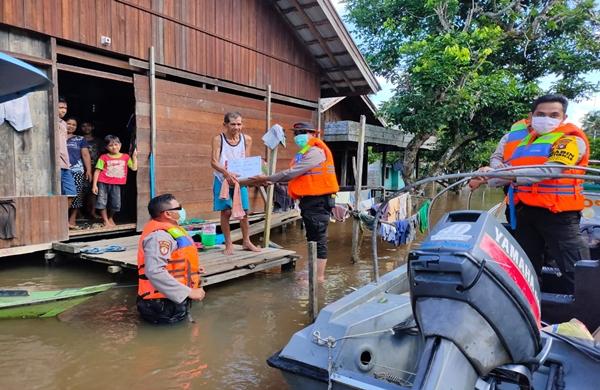 Polsek Montallat Salurkan Bantuan Kepada Warga Terdampak Banjir