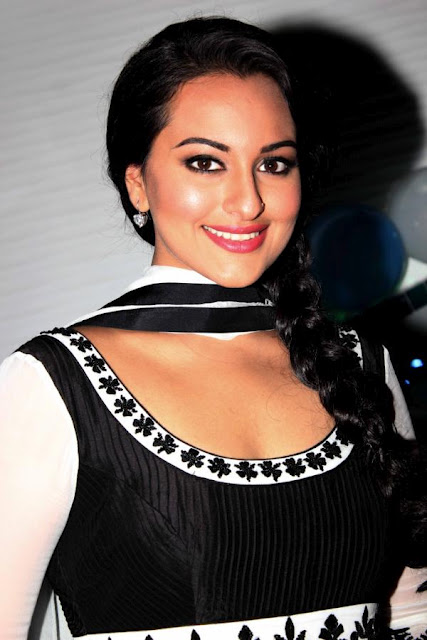 Sonakshi Sinha Smiling Photos In Black Dress - Tollywood Boost