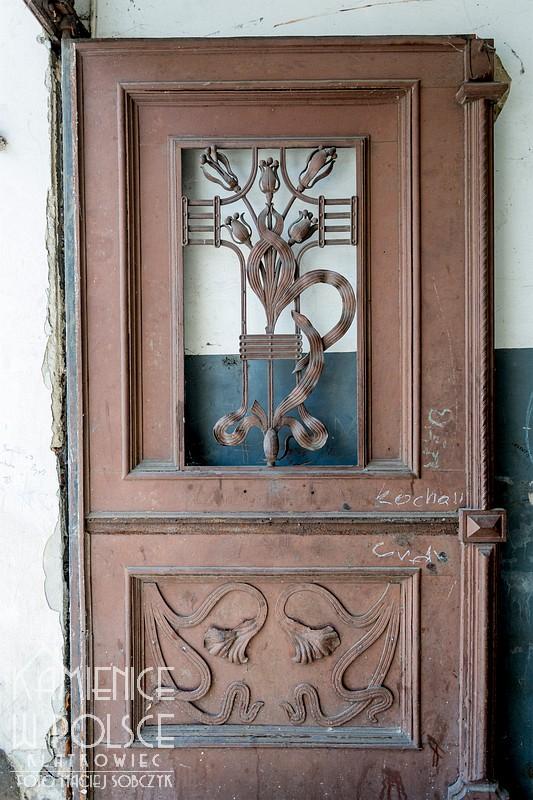 Włocławek: przedwojenna brama z kwiatami