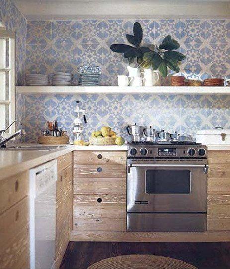 cozinha com prateleira  armarios madeira piso madeira escuro azulejo portugues