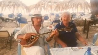 Σπάνια εμφάνιση του Πασχάλη Τερζή: Πώς είναι σήμερα ο αγαπημένος τραγουδιστής (Video)