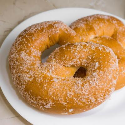 طريقة عمل بريتزل بالقرفة والسكر