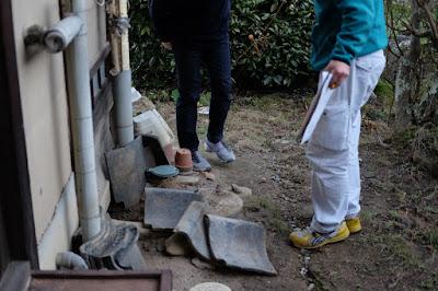 生坂村の古民家カフェ・ひとつ石 設備屋さんとの打ち合わせ トイレの外側
