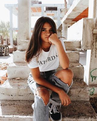chica tumblr sentada en escaleras en la calle