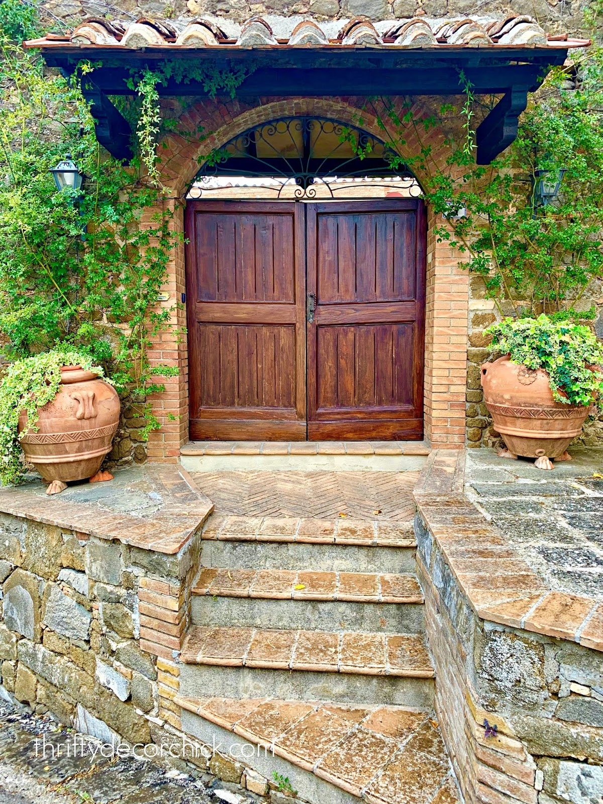 Double wood doors in Italy