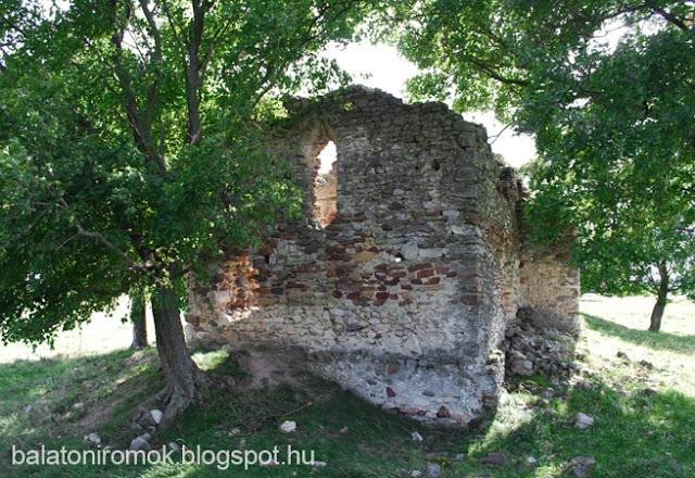 A sóstókáli templomrom falmaradványai a szentély felől fotózva egy kis facsoportban.
