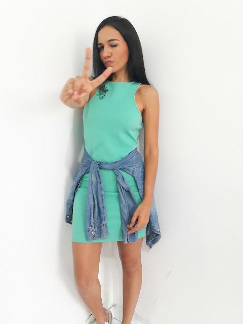 Look vestido verde com tênis prata