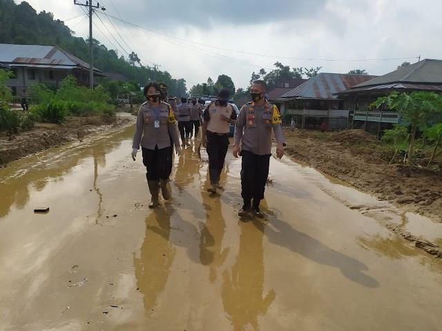 Kapolres Tanggamus Pimpin Pembersihan Material Banjir dan Penyerahan Bansos di Semaka