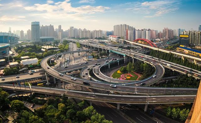 """Được xem là nút giao thông """"điên rồ"""" nhất đất nước mặt trời mọc. Tại đây, để rẽ đúng đường cần đi, bạn phải lái xe vài vòng và rất có thể bị mất phương hướng. Tuy nhiên, giao lộ này được thiết kế khá hoàn hảo, cho phép tài xế rẽ bất cứ hướng nào đều đến được mục tiêu. Nút giao thông gồm một số tuyến đường cắt nhau và đường tàu hỏa cao tốc Shinkanshen phía dưới."""