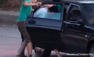Hombre secuestrado en un vehículo
