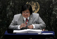 Indonesian Minister of Environment and Forestry Siti Nurbaya Bakar signs the Paris Agreement on climate change held at the United Nations Headquarters in Manhattan, New York, U.S., April 22, 2016. (Credit: Reuters/Mike Segar) Click to Enlarge.