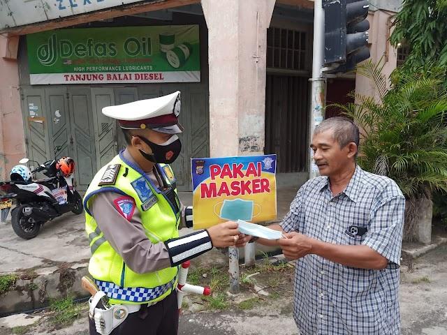 Personil Sat Lantas Polres Tanjungbalai lakaukan Pembagian Masker Secara Gratis