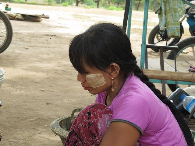 Mujer bamar con thanaka