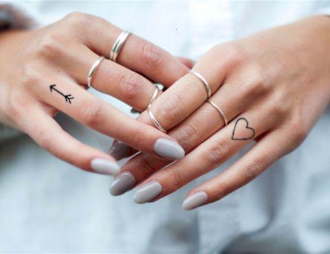 tatuagens femininas de coração para os dedos