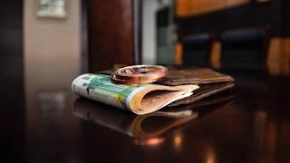 Πέφτουν οι Υπογραφές: Αύξηση Μισθού από 586 σε 800 ευρώ – Ποιους Αφορά