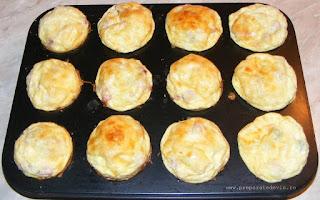 mini pizza, mini omlete, cosulete de cartofi umplute, mini omlete la cuptor, retete, retete culinare, gustari, gustare, cosulete din cartofi rasi umplute cu oua ardei kaizer si cascaval coapte la cuptor, retete de mancare, gustare rece si calda, omleta, pizza, gustari reci si calde, retete rapide, retete usoare, preparate din oua legume branzeturi si afumaturi,