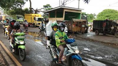 Jalan KH Wahid Hasyim,Depan Lorong Syailendra Rusak Parah