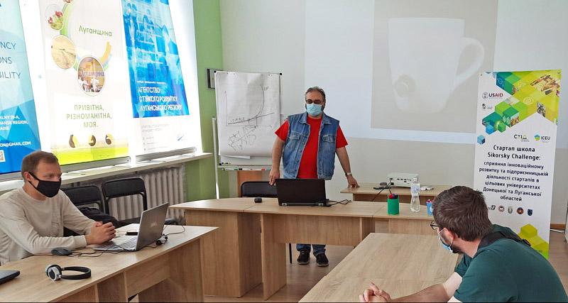 Валерій Пичко читає лекцію у Сєвєродонецьку