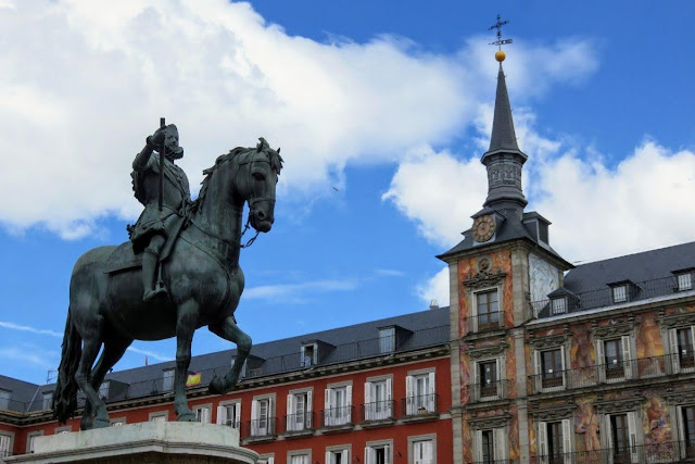 3 days in Madrid: Statue on Plaza Mayor