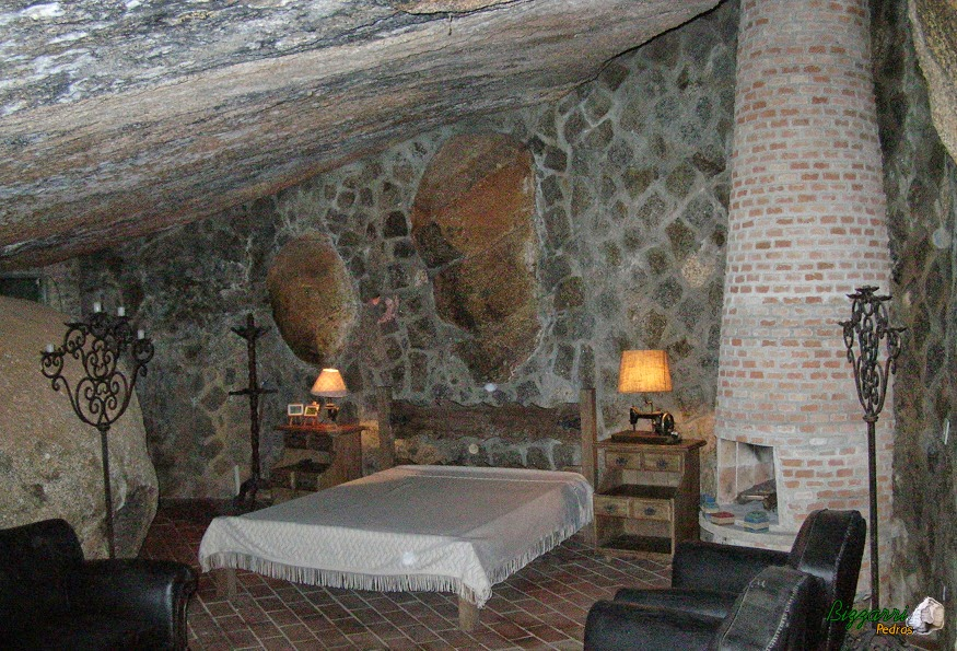 Cavamos em baixo da pedra e executamos a construção dos muros de pedra rústica.