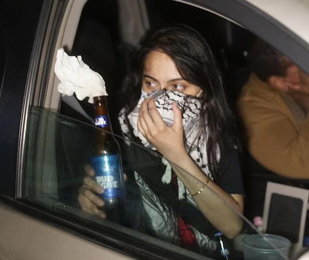 مهاجرة باكستانية وشريكها يتجولان بالسيارة لتوزيع قنابل مولوتوف على المتظاهرين لرميها على الشرطة