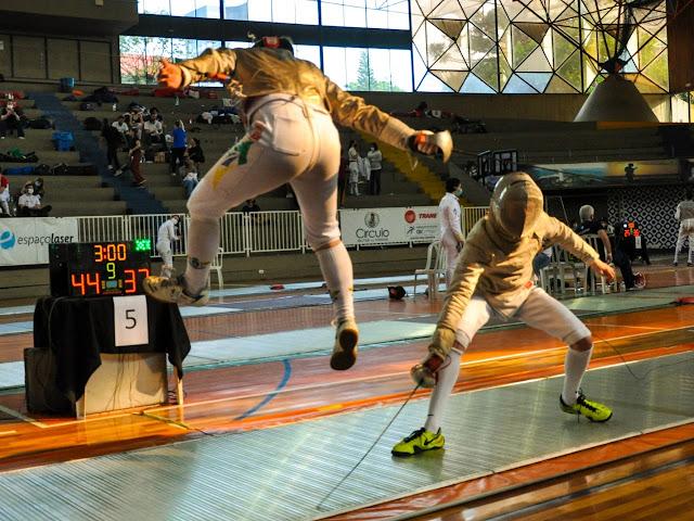 Esgrimista salta para conseguir toque