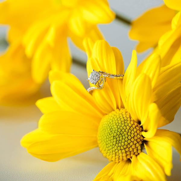 Cincin Avaya dari Material Emas Putih Bertabur Berlian