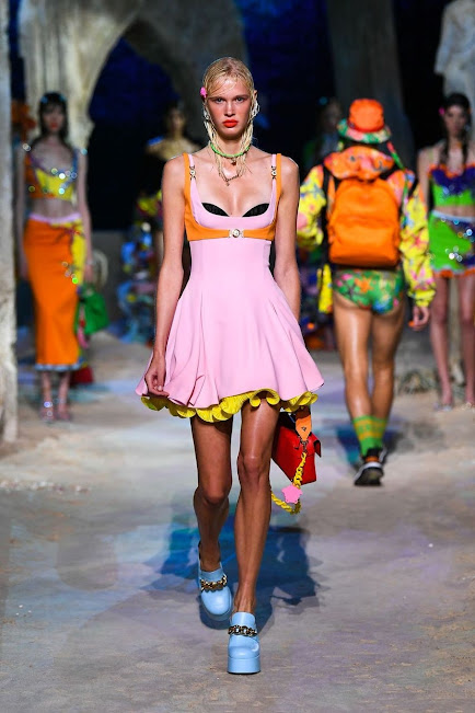 Moda en rosa primavera 2021 vestido corto rosa