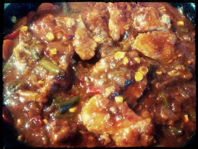 schab w sosie barbecue bbq mieso duszone z warzywami i sosem sos z patelni sos barbecue ryz z sosem