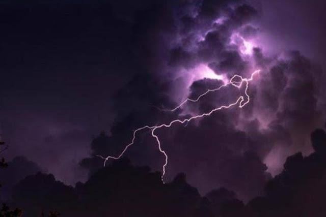 A foto mostra nuvens carregadas e relâmpagos a noite anunciado forte temporal chegado a região e causar transtornos a população.