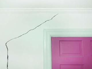 Apakah penyebab tembok mengalami retak  rambut Penyebab dan Cara Mengatasi Tembok Retak Rambut