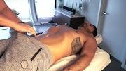 FLAGRA! O massagista dando pro cliente!