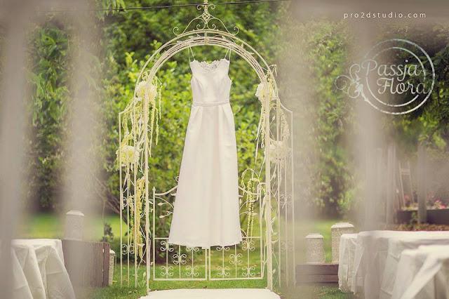 Pergola na ślubie w sadzie.