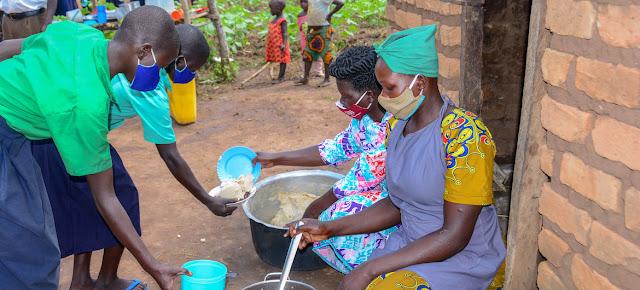 Estos estudiantes reciben su almuerzo escolar en el norte de Uganda.UNICEF/Francis Emorut