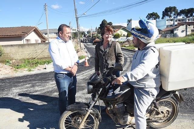 Beti e Sergio vistoriam obras de pavimentação no Palmital