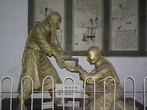 Estátuas representando a transmissão de conhecimentos do Mestre Chen Changxing (à esquerda) para o Mestre Yang Luchan (à direita) - da Vila Chen.