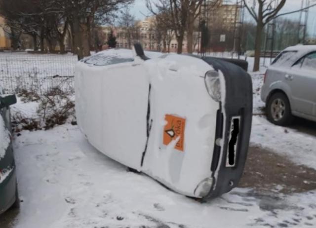 Videó: Felborították a parkoló autót, úgy loptak katalizátort Debrecenben